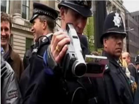 Taking Liberties est une violente dénonciation des politiques sécuritaires en Grande-Bretagne